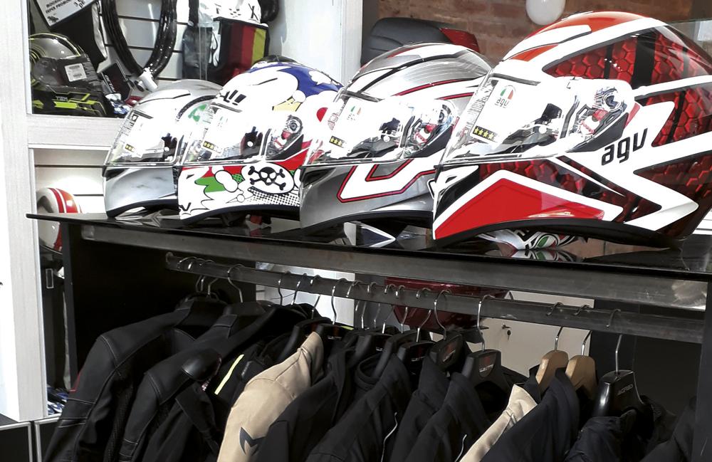 becdd2953ae Lavalle Motos sigue creciendo incorporando las mejores marcas en accesorios  e indumentaria tales como Airoh